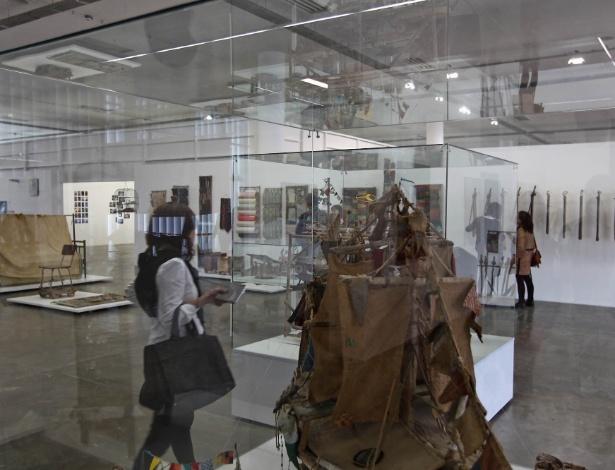 Convidado observa obra do artista brasileiro Arthur Bispo do Rosario, um dos destaques da 30ª Bienal de Arte, no Pavilhão da Bienal, em São Paulo - Leandro Moraes/UOL