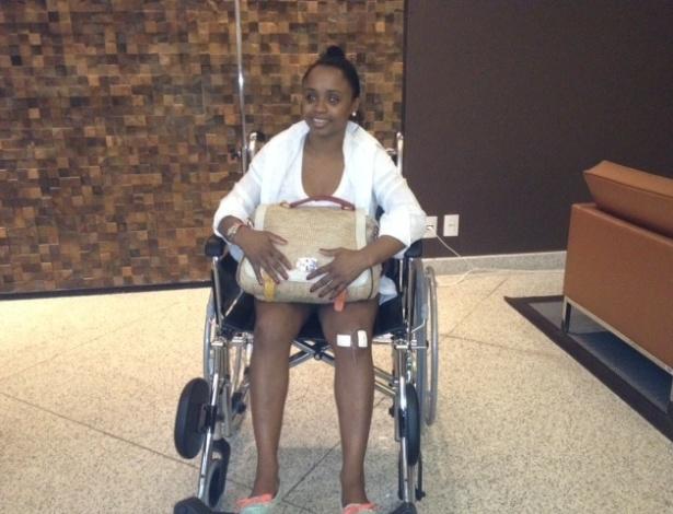 Daiane dos Santos sai de cadeira rodas do hospital após passar por artroscopia no joelho esquerdo