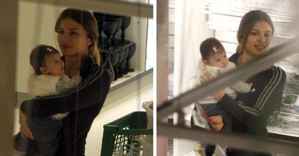Grazi Massafera sai pela primeira vez com sua filha Sofia e vai a uma loja de utensílios na Barra da Tijuca, Rio de Janeiro (4/9/12)