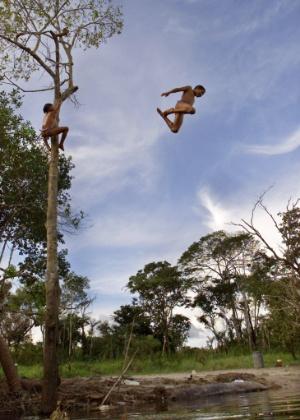 04.set.2012 [foto de arquivo] Crianças brincam no rio Tuatuari, na região do Alto Xingu, no Mato Grosso