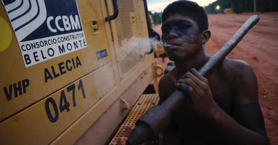 04.set.2012 - Indígena protesta contra o início das obras da usina Belo Monte na região do Xingu, no Pará