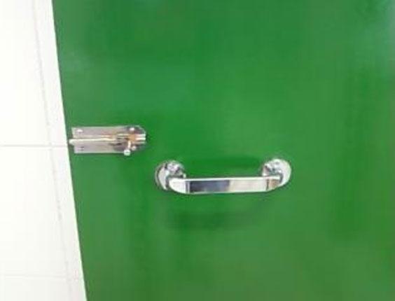 4.set.2012 - Isadora também tirou fotos da nova fechadura do banheiro