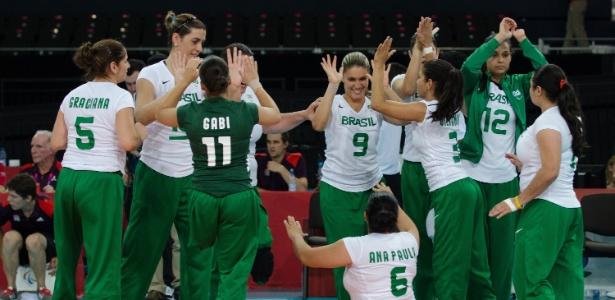 Jogadoras da equipe brasileira do vôlei sentado comemoram vitória sobre o Reino Unido em Londres