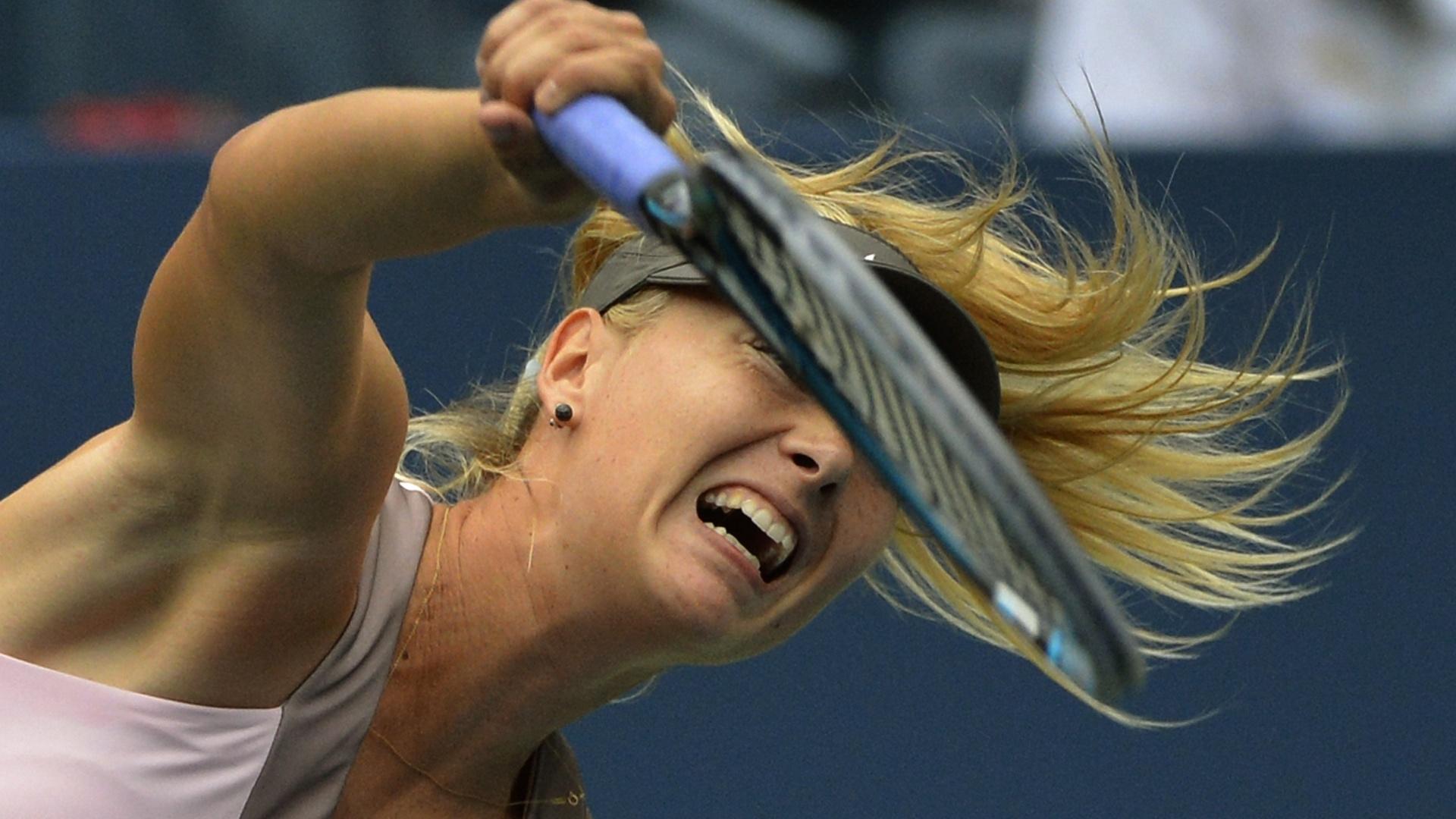 Maria Sharapova saca durante jogo contra Marion Bartoli pelas quartas de final do Aberto dos EUA