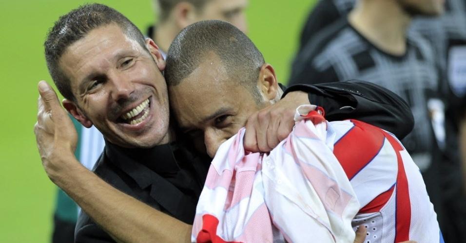 Miranda abraça o técnico argentino Diego Simeone, do Atlético de Madrid