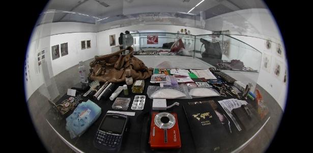 Obra do artista Hans-Peter Feldmann exposta na 30ª Bienal de Arte de São Paulo mostra o que há dentro das bolsas de mulheres (4/9/12) - Leandro Moraes/UOL