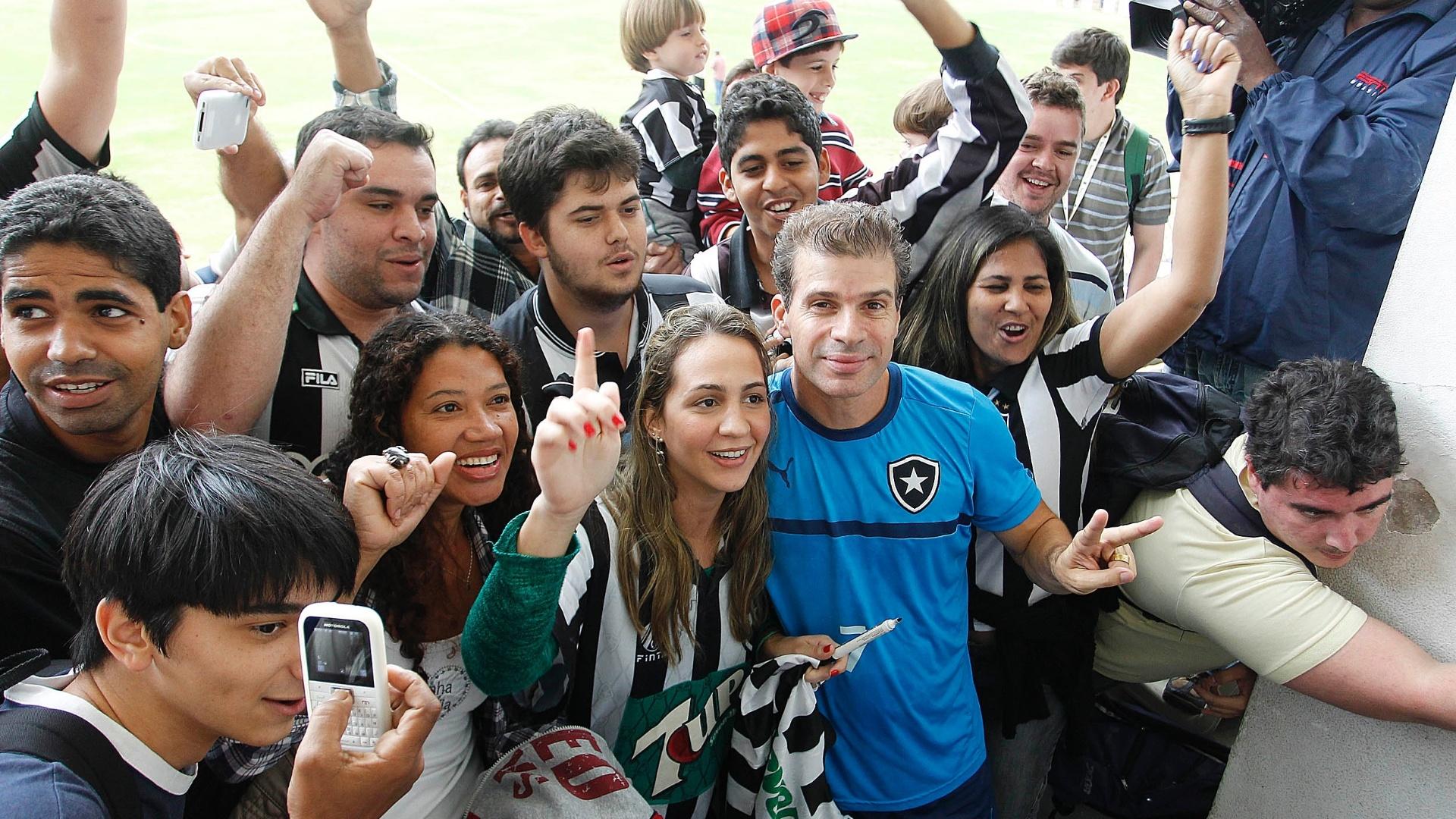 Túlio é cercado por jornalistas e torcedores após treinar com o Botafogo no estádio Caio Martins, em Niterói