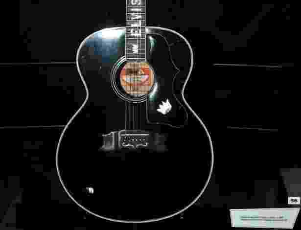 """Violão que faz parte da exposição """"The Elvis Experience"""", em cartaz a partir desta quarta-feira (5), no Shopping Eldorado, em Sâo Paulo (4/9/12) - Manuela Scarpa/Foto Rio News"""