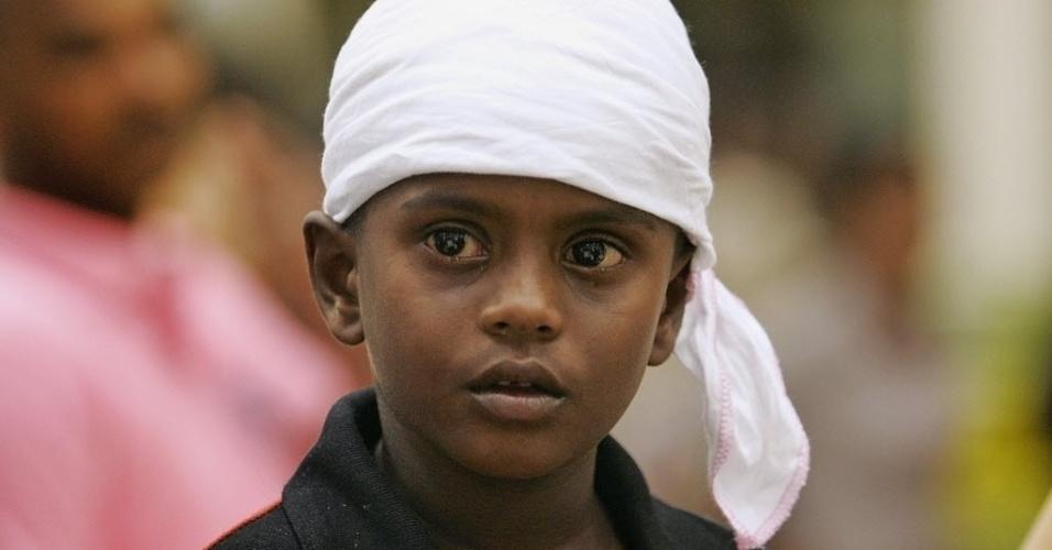 05.set.2012 - Menino do Sri Lanka chora ao chegar ao aeroporto de Katunayake, em Colombo, na Índia, vindo de Tiruchy, nesta quarta-feira (5). Grupo de peregrinos foi perseguido e atacado por ativistas pró-LTTE na última segunda-feira (3). O LTTE é um grupo político armado que luta pela criação do Estado independente do Tamil Eelam, que hoje pertence ao Sri Lanka