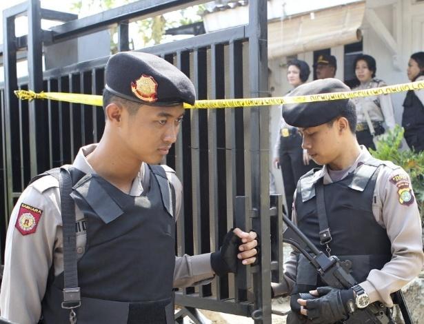 05.set.2012 - Polícia vigia casa de suspeito de terrorismo em Depok, na Indonésia, nesta quarta-feira (5), depois de ele ter sido preso sob a acusaçãode participar de atos terroristas