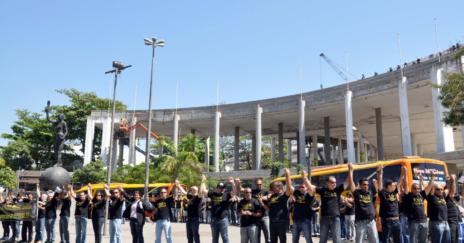 05.set.2012 - Policiais federais em greve promovem um abraço coletivo em frente ao estádio do Maracanã, no Rio de Janeiro. Agentes, escrivães e papiloscopistas da PF não aceitaram o aumento de 15,8%, proposto pelo governo e decidiram manter a greve, iniciada em 7 de agosto. Eles prometem intensificar o movimento para forçar o governo federal a negociar a reestruturação salarial e de carreira