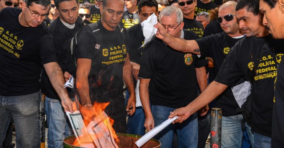 05.set.2012 - Policiais federais em greve queimam as cópias dos seus diplomas de graduação durante protesto em frente ao prédio da Polícia Federal, na Praça Mauá, zona portuária do Rio de Janeiro, nesta quarta-feira (05). Agentes, escrivães e papiloscopistas da PF não aceitaram o aumento de 15,8%, proposto pelo governo e decidiram manter a greve, iniciada em 7 de agosto