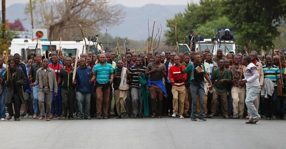 05.set.2012 ? Mineiros fazem protesto na mina de Marikana, na África do Sul, nesta quarta-feira (5). Mais de 3 mil trabalhadores participaram da manifestação, a maior desde a morte de 34 mineiros após confrontos com a polícia, no mês passado.  Os manifestantes chegaram a ameaçar queimar uma jazida. Os sindicatos e o Ministério do Trabalho sul-africano continuam negociando para chegar a um acordo com os trabalhadores