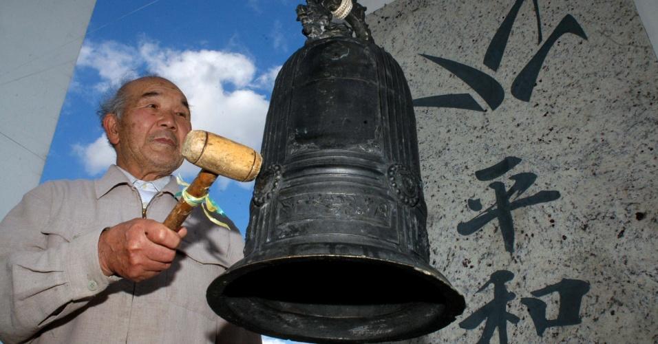 05.set.2012 Foto tirada em 2007 mostra Kazumi Ogawa, ao lado do monumento do Sino da Paz, em Frei Rogério, Santa Catarina. Kazumi morreu às 23h desta terça-feira (4), aos 82 anos, vítima de infarto. Ele era um dos últimos sobreviventes da bomba atômica que destruiu Nagasaki, no Japão, durante a Segunda Guerra Mundial, em 1945. Kazumi chegou ao Brasil em 1961 e foi morar em Santa Maria (RS). Em 1964, a convite da Agência de Cooperação Internacional do Japão (Jica), liderou as famílias que se instalaram na cidade de Frei Rogério, onde ele fundou o Sino da Paz, em homenagem aos mortos na guerra