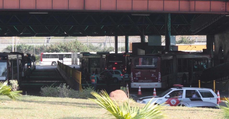 05.set.2012 Quatro pessoas ficaram feridas após um ônibus da Viação Campo Belo invadir uma das plataformas de desembarque do Terminal Capelinha, na zona sul de São Paulo, na manhã desta quarta-feira (5)