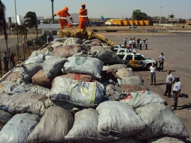 5.set.2012 - A Polícia Militar Rodoviária apreendeu 8,3 toneladas de maconha durante operação de combate ao narcotráfico na rodovia Assis Chateaubriand, em Penápolis, interior do Estado de São Paulo. A droga, que estava escondida dentro de sacos de carvão na carroceria de um caminhão Volvo, foi incinerada em uma usina de açúcar da região