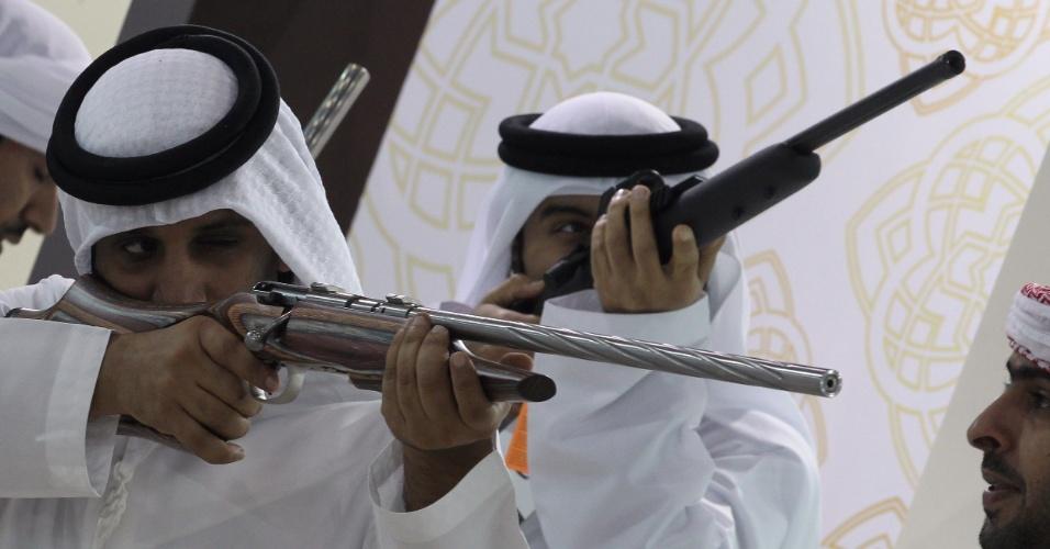 5.set.2012 - Homens testam rifles de caça na feira internacional de caça em Abu Dhabi, nos Emirados Árabes, que oferece aos visitantes a oportunidade de desfrutar de leilões de camelo e atividades tradicionais de caça e equitação