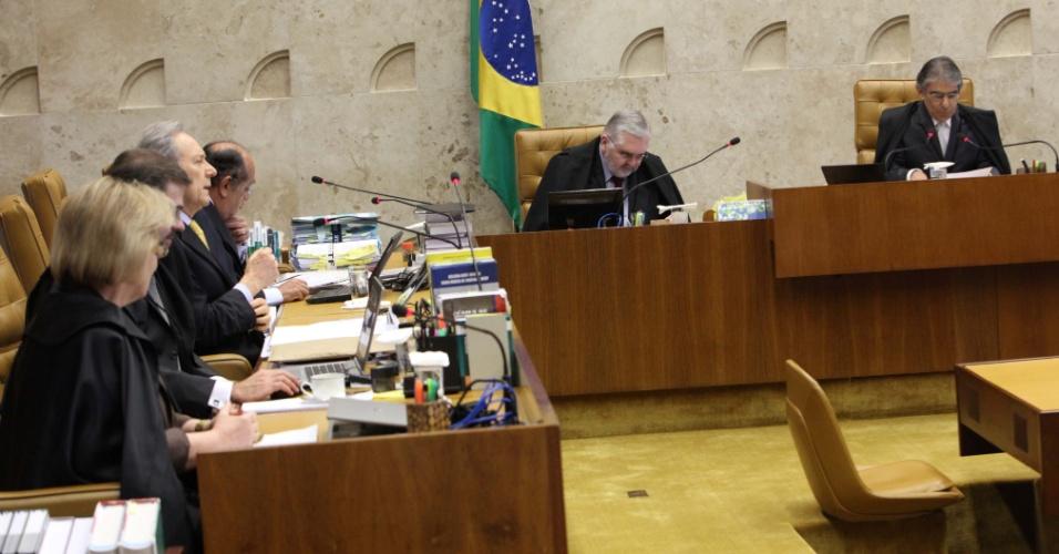 5.set.2012 - Ministros se preparam para dar início a mais um dia de julgamento do mensalão no plenário do Supremo Tribunal Federal, em Brasília. Na ocasião, o ministro-revisor do processo, Ricardo Lewandowski, retoma seu voto sobre os réus ligados ao Banco Rural