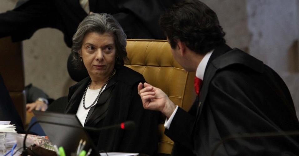 5.set.2012 - O ministro Luiz Fux conversa com a ministra Cármen Lúcia minutos antes do início de mais um dia de julgamento do caso mensalão, realizado nesta quarta-feira, no STF (Supremo Tribunal Federal), em Brasília