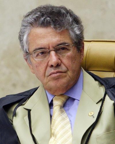 5.set.2012 - O ministro Marco Aurélio Mello ouve o voto dos demais ministros sobre os réus do Banco Rural durante a sessão do julgamento do mensalão, nesta quarta-feira