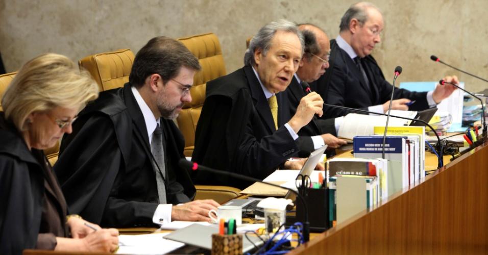 5.set.2012 - O ministro-revisor do processo do mensalão, Ricardo Lewandowski (esq.), inicia seu voto sobre os réus ligados ao Banco Rural durante mais um dia de julgamento do mensalão no plenário do Supremo Tribunal Federal, em Brasília