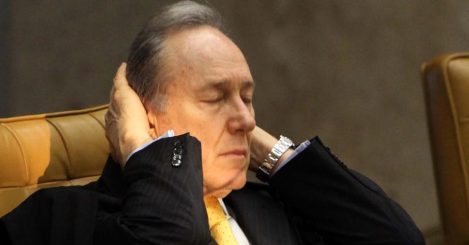 5.set.2012 - O ministro-revisor do processo do mensalão, Ricardo Lewandowski (esq.), passa a mão na cabeça durante mais um dia de julgamento do mensalão no plenário do Supremo Tribunal Federal, em Brasília