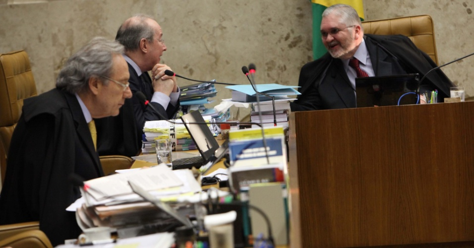 5.set.2012 -  O procurador-geral da República, Roberto Gurgel, conversa com o ministro  Celso de Mello durante o julgamento do mensalão desta quarta-feira, que é dedicado aos réus do Banco Rural