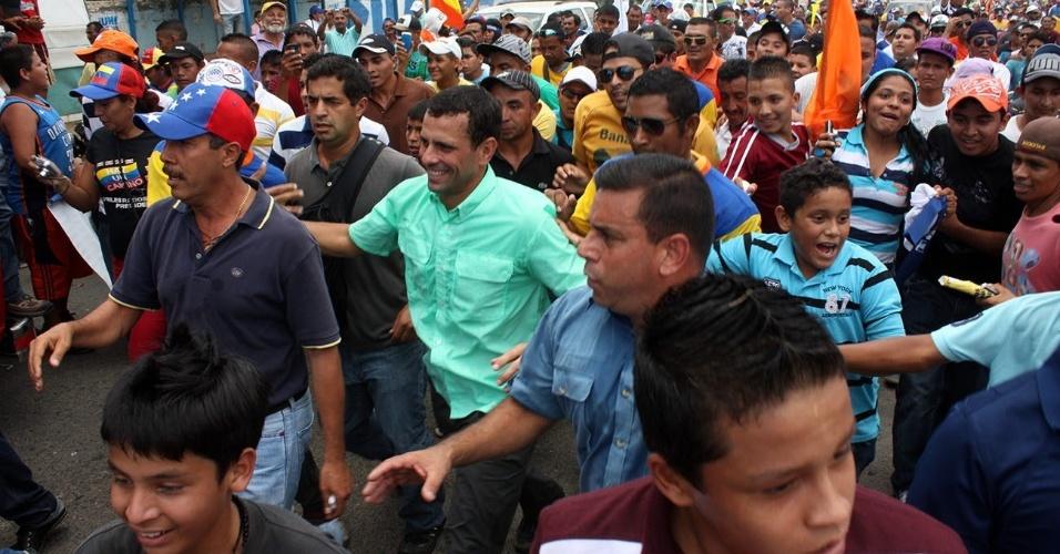 5.set.2012 - O único candidato da oposição nas eleições presidenciais da Venezuela, Henrique Capriles, (camisa verde), participa de um evento de campanha na cidade de Agua Grande. Os venezuelanos irão às urnas no dia 7 de outubro