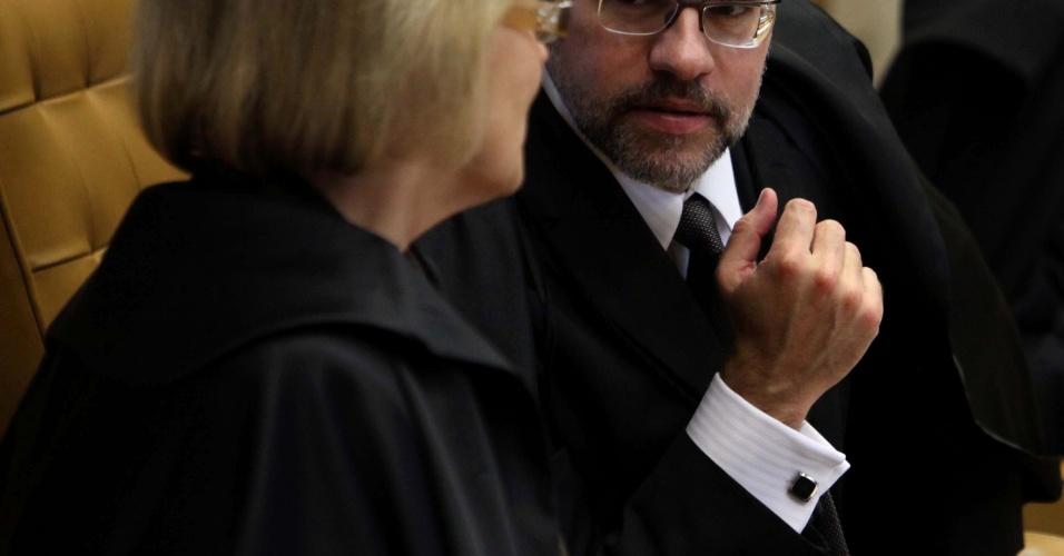 5.set.2012 - Os ministros Dias Toffoli e Rosa Weber conversam durante mais um dia de julgamento do caso mensalão realizado nesta quarta-feira, no STF (Supremo Tribunal Federal), em Brasília