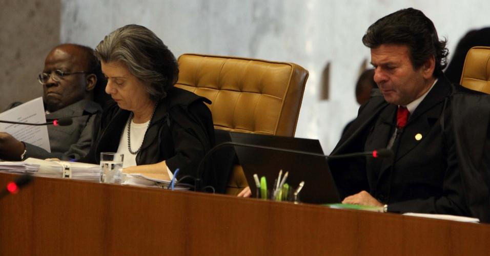 5.set.2012 - Os ministros Luiz Fux e Cármen Lúcia acompanham o voto do ministro-revisor do processo do mensalão, Ricardo Lewandowski (esq.), sobre os réus ligados ao Banco Rural durante mais um dia de julgamento do mensalão no plenário do Supremo Tribunal Federal, em Brasília