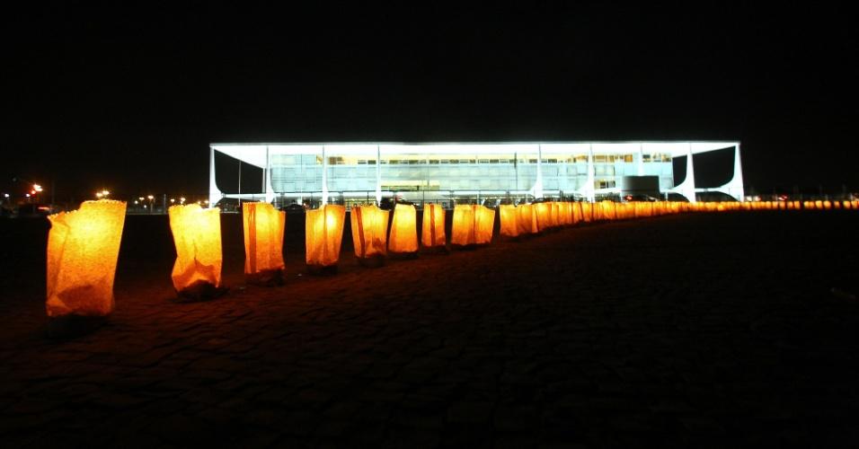 5.set.2012 - Professores de escolas publicas fazem vigília na Praça dos Três Poderes, em Brasília, em defesa da educação pública do país