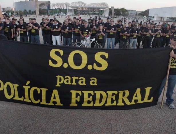 5.set.2012 - Servidores da Polícia Federal exibem faixa durante protesto realizado na Praça dos Três Poderes, em Brasília. A categoria continua em greve