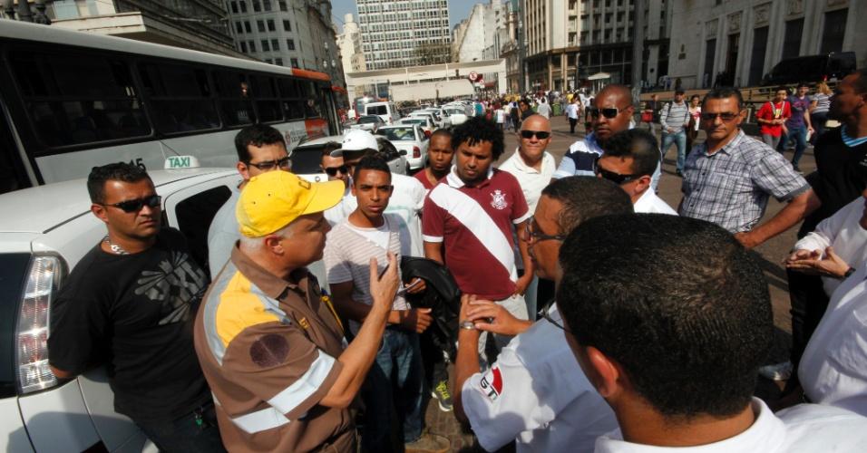5.set.2012 - Taxistas ligados a Associação dos Taxistas de São Paulo (ATASP) realizam protesto em frente à prefeitura, na região central da capital paulista, para reivindicar maior transparência no processo de sorteio e distribuição de alvarás