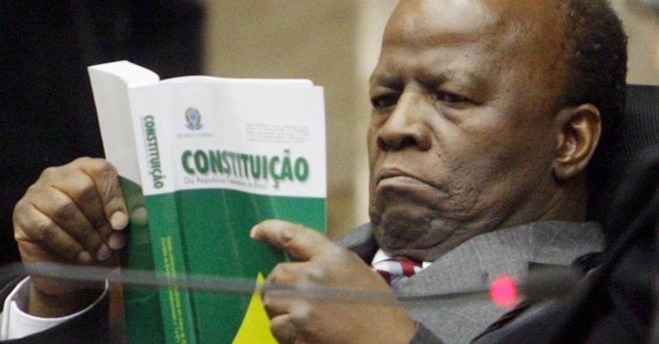 5.set.2012 ? O ministro Joaquim Barbosa lê a Constituição Federal durante mais um dia de julgamento do mensalão realizado no plenário do Supremo Tribunal Federal, em Brasília