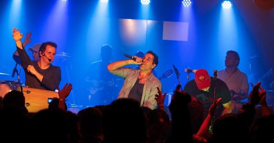 A banda Inimigos da HP se apresentou em casa noturna de SP, durante festa do ex-BBB Rogério (4/9/12)