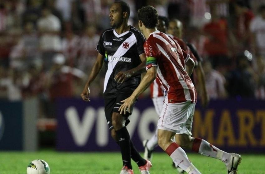 Alecsandro conduz a bola para o Vasco na partida contra o Náutico, nos Aflitos