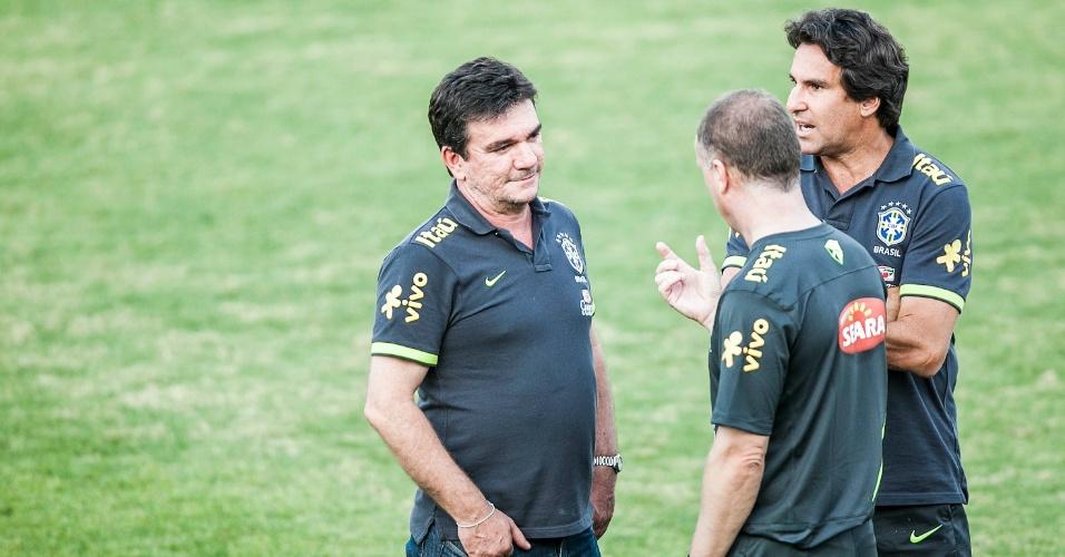 Andrés Sanchez, Mano Menezes e Rodrigo Paiva conversam no gramado do CT de Cotia após treino da seleção