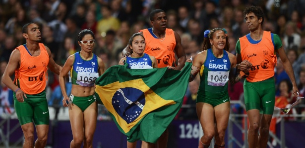 Atletas brasileiras comemoram após fecharem pódio na prova dos 100 m T11 em Londres