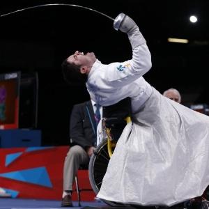 Brasileiro Jovane Silva Guissone comemora o ouro na esgrima