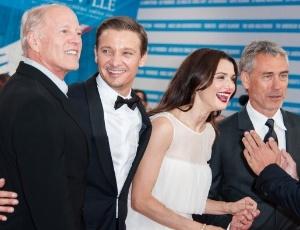 """Elenco de """"O Legado Bourne"""" reunido com o produtor Frank Marshall (primeiro à esquerda)"""