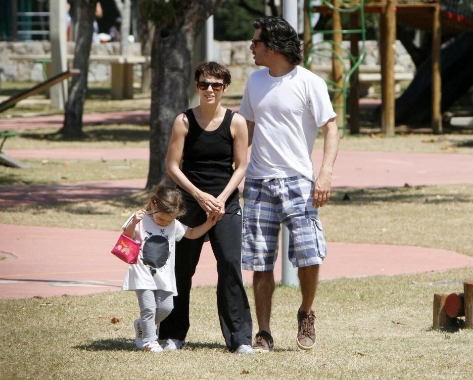Débora Falabella passeia no Parque dos Patins, no Rio de Janeiro, com a filha Nina e o namorado, Daniel Alvim (5/9/12)