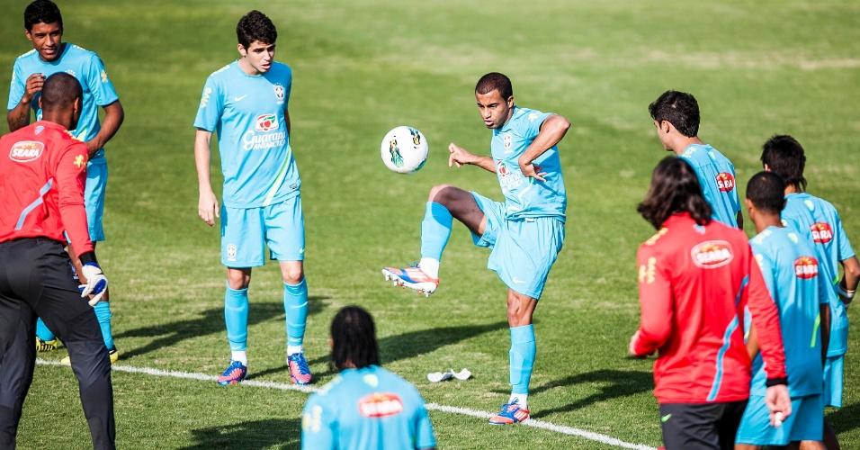 Jogadores observam Lucas durante o tradicional 'bobinho' antes de treino do Brasil em Cotia
