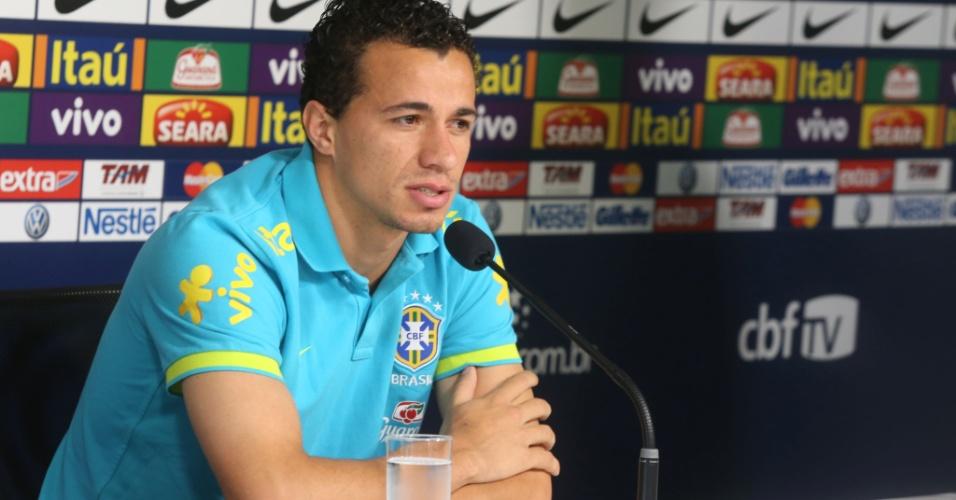 Leandro Damião mostra seriedade durante entrevista coletiva que antecedeu o treino da seleção brasileira nesta quarta-feira