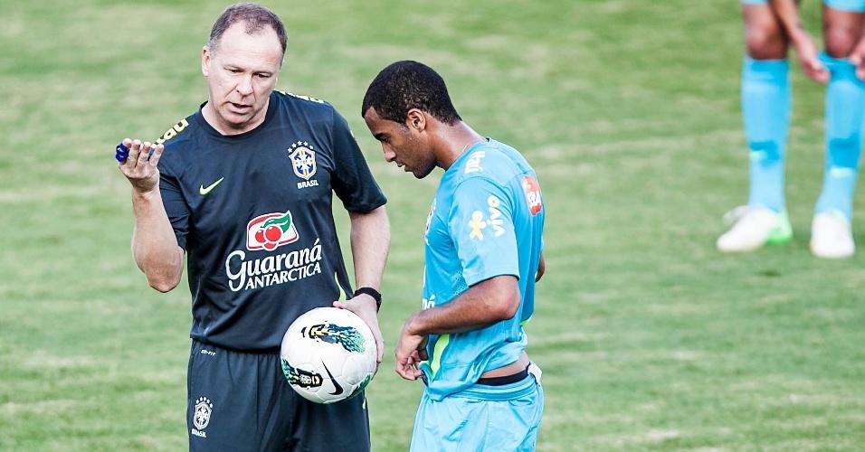 Mano Menezes passa instruções para Lucas durante treino da seleção brasileira, em Cotia