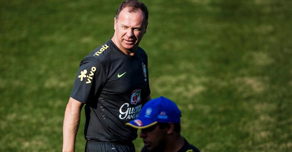Mano Menezes sorri ao conversar com membros de sua comissão técnica antes de treino da seleção em Cotia