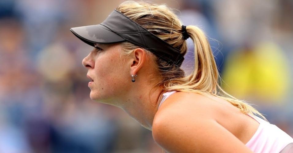Maria Sharapova aguarda saque de Marion Bartoli durante quartas de final do Aberto dos Estados Unidos