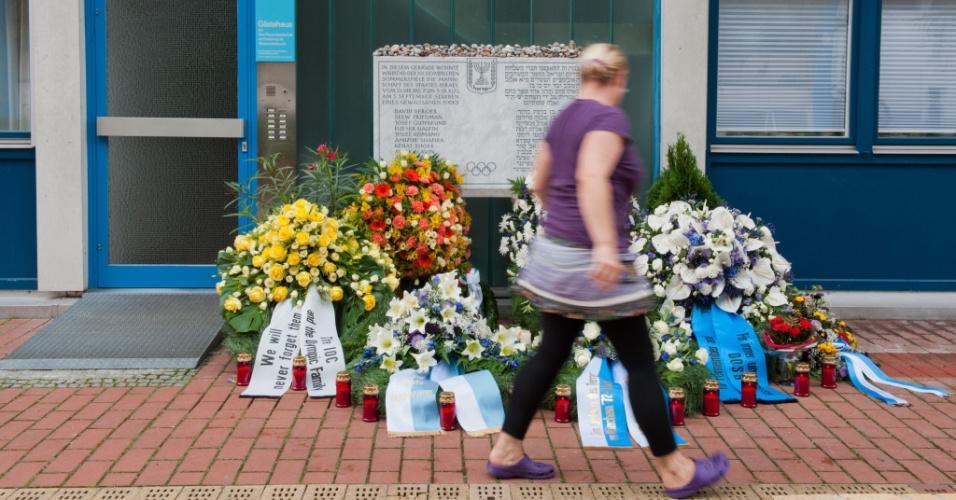Mulher passa em frente a placa em memória às vítimas dos Jogos de Munique-72, construído em frenta à casa Connollystrasse, onde atletas israelenses ficaram hospedados