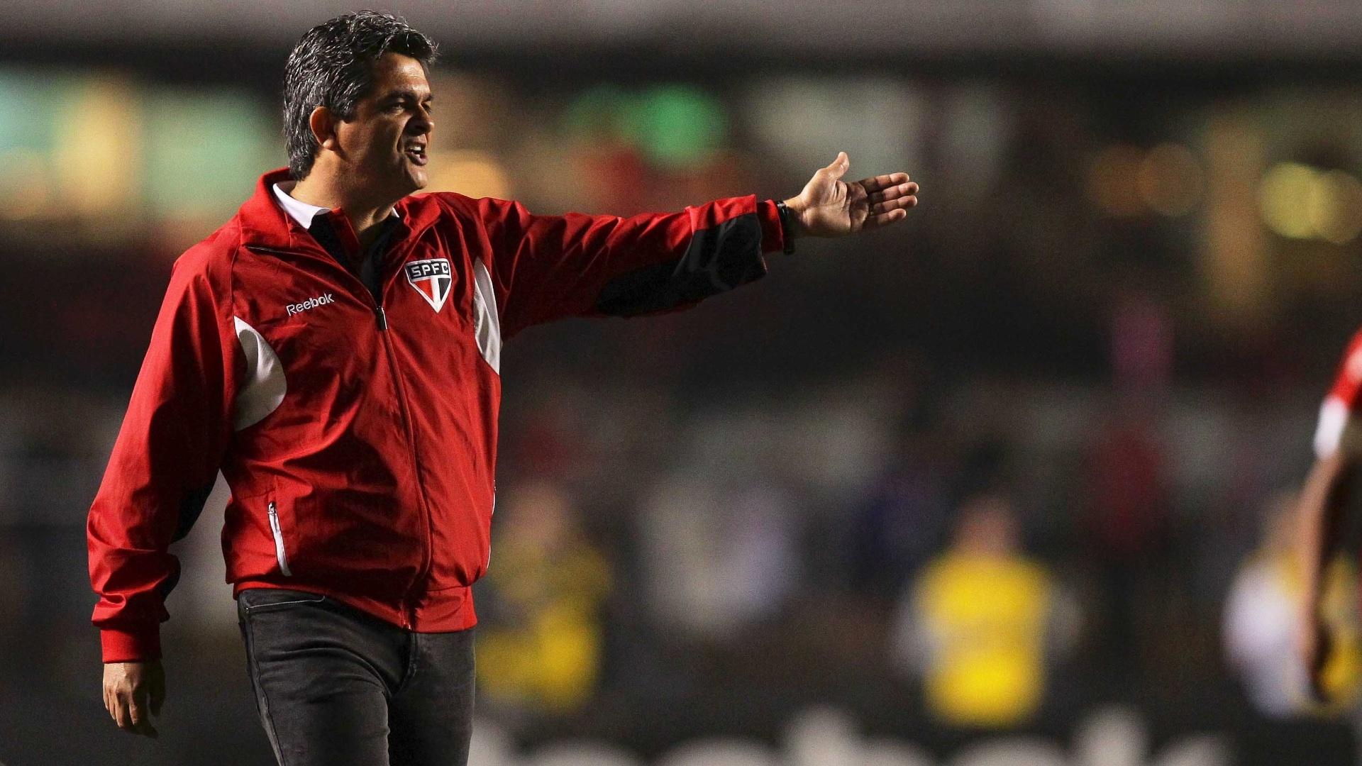 Ney Franco gesticula com os jogadores do São Paulo durante o confronto contra o Internacional, no Morumbi