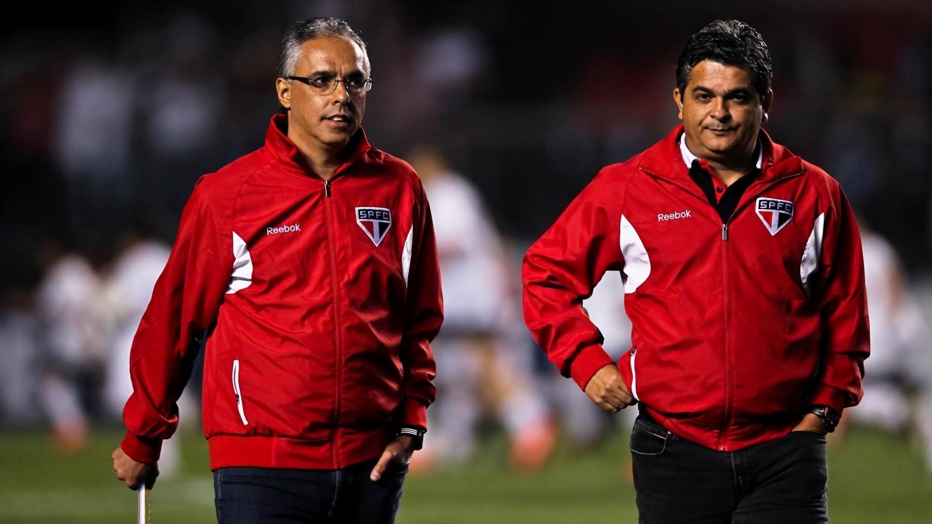 Ney Franco, técnico do São Paulo, entra em campo e se dirige ao banco antes da partida contra o Inter