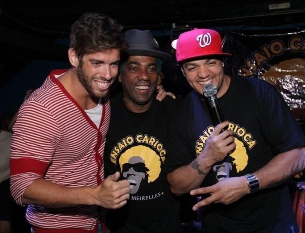 """O ex-BBB Mauricio Mau Mau junto dos cantores Ivo Meirelles e Belo no show do projeto """"Ensaio Carioca"""" na Barra da Tijuca (4/9/12)"""